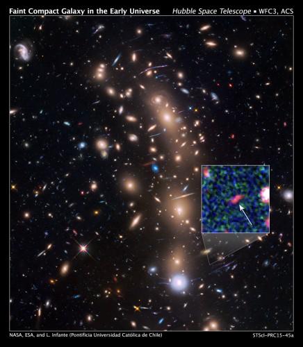 Hubble widzi powiększony obraz najsłabszej galaktyki wczesnego Wszechświata