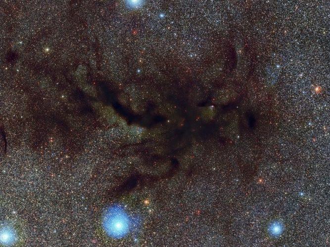Wypływ cząsteczek wyrzucanych spoza dysku wokół młodej gwiazdy