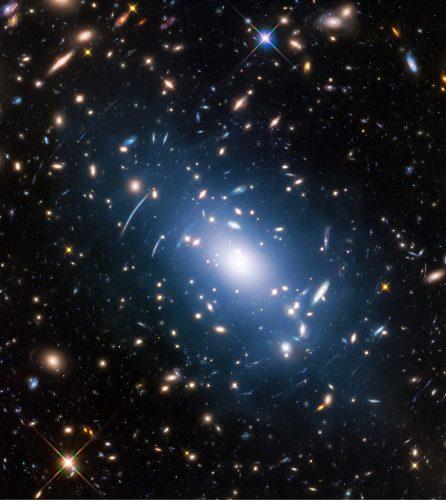 Słabe światło gwiazd na obrazach Hubble'a pokazuje rozkład ciemnej materii