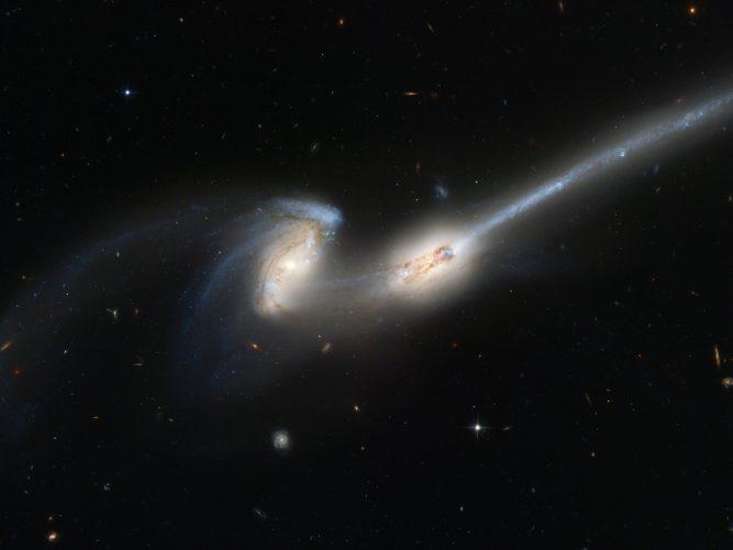 Połączenia między galaktykami wyzwalają aktywność w ich jądrach
