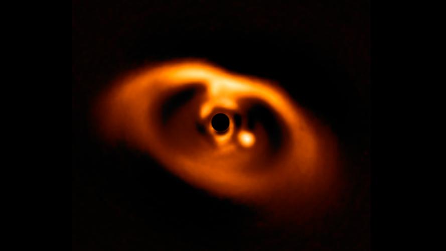 Hubble obserwuje, jak rośnie olbrzymia planeta