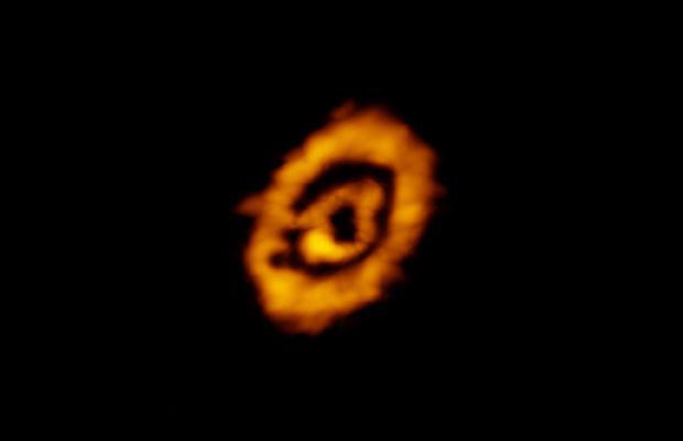 Pył i gaz w dyskach protoplanetarnych